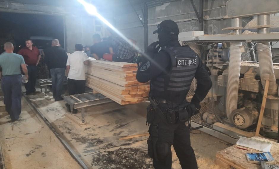 На переднем плане сотрудник спецназа «Гром» Управления по контролю за оборотом наркотиков УМВД России по Волгоградской области.